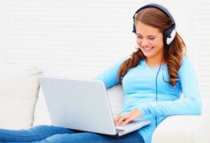 mulher-com-fones-de-ouvido-musica-no-computador-players-mp3-tocadores-1302213376106_564x430 6 razões para apostar no vídeo em 2015Video