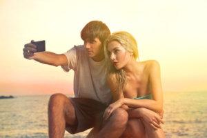 Casal tirando uma selfie 9 Dicas para Selfies este Verão!selfies